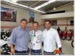 O empresário Alvaro Moisakis, da Viva Motos e Abenildo Galindo, gerente nacional da Shineray (à direta), com Tico Cordeiro da Radical-X.